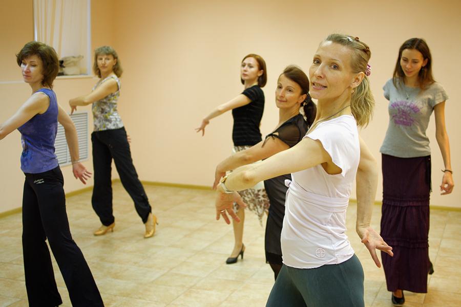 Уроки в школе танцев групповое занятие