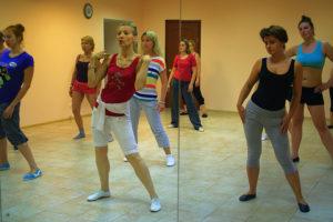 идут занятия в школе танцев в Москве