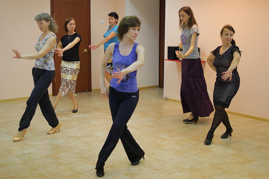 Идет урок танцев в школе танцев